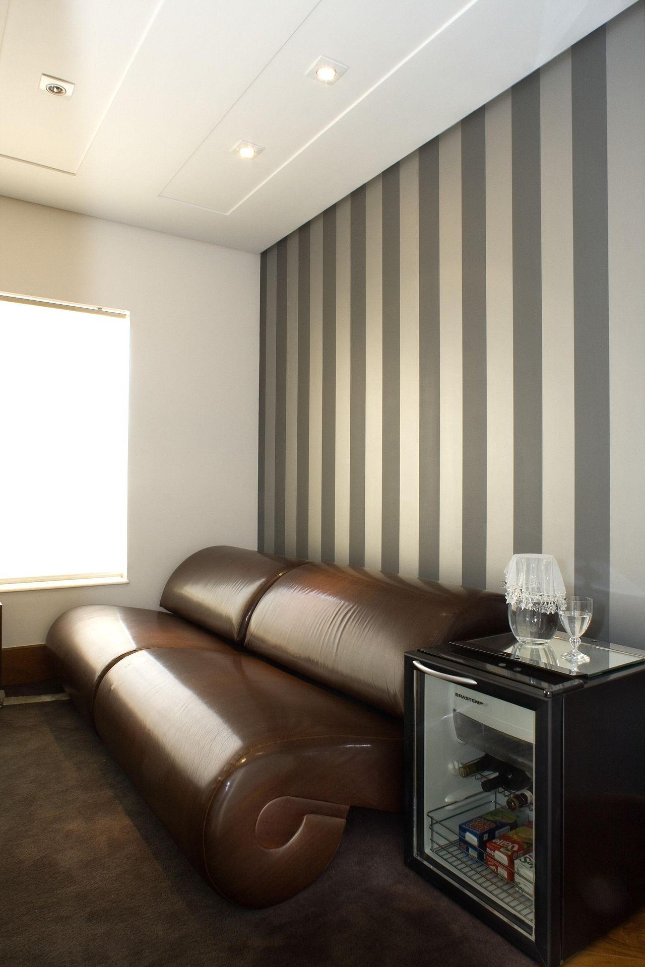 Sala Com Parede Listrada Branco E Cinza De Aquiles Nicolas Kilaris  -> Parede Sala Listrada