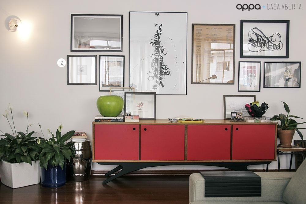 Estante de sala de estar com quadros de casa aberta for Decoracao sala de estar quadros