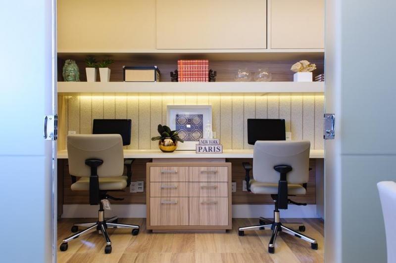 Fabulous Home Office Com Papel De Parede Listrado De Rodrigo Fonseca Largest Home Design Picture Inspirations Pitcheantrous