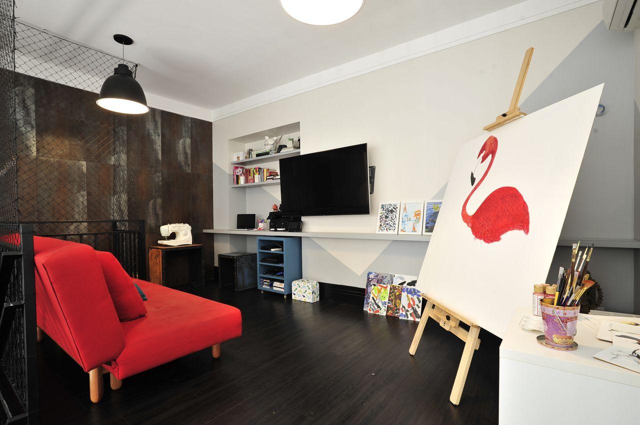 Sof Vermelho E Cavalete Para Pintura De Ana Cristina Nigro Malta  -> Papel De Parede Para Sala Com Sofa Vermelho