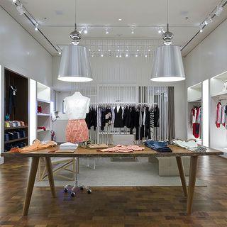 eee062a9a Mesa com roupas expostas