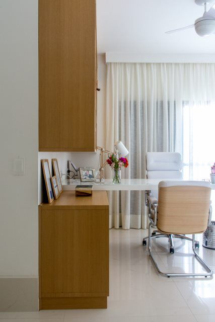 Consultório com Cortina com tecido branco e cadeira de couro claro   Lu  Boschi Designer de Interiores 172350 - Viva Decora