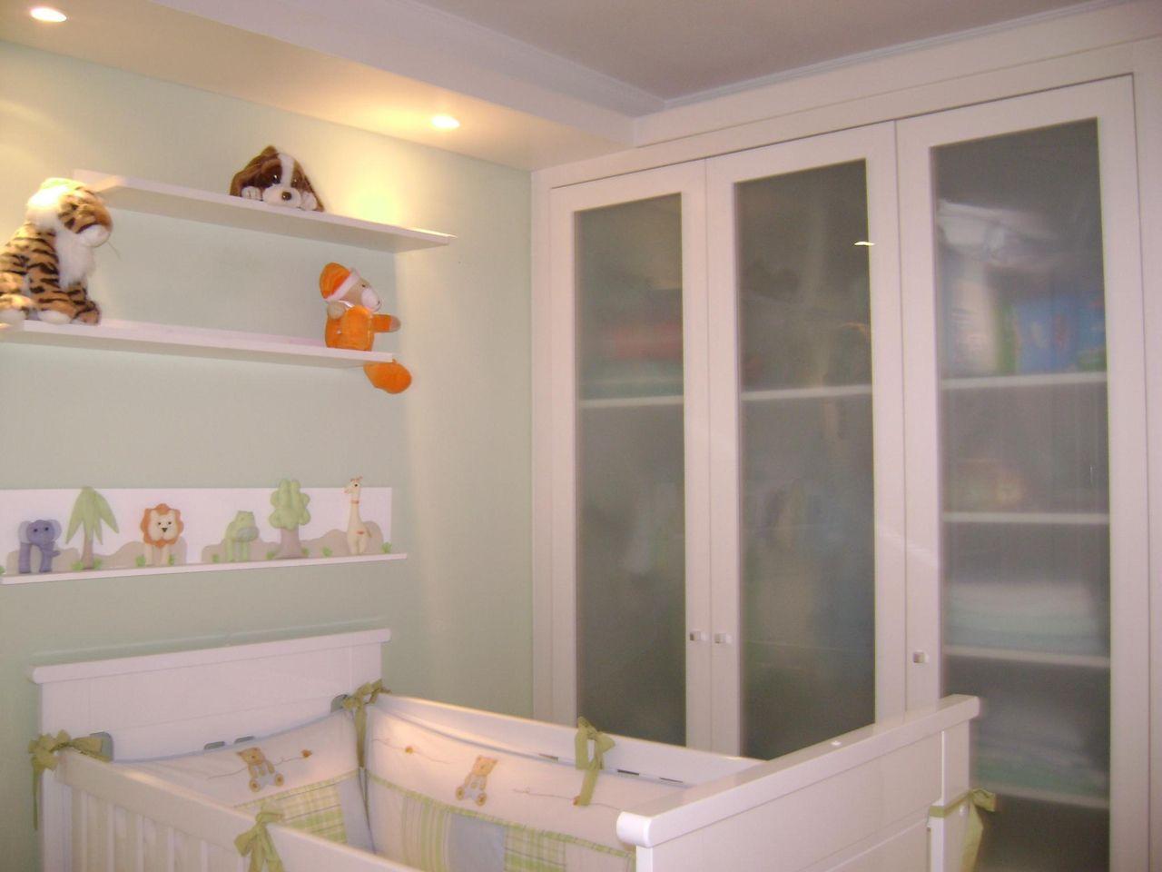 Amado Quarto de bebe com guarda roupa branco e porta de de Lívia Gobetti  BJ17