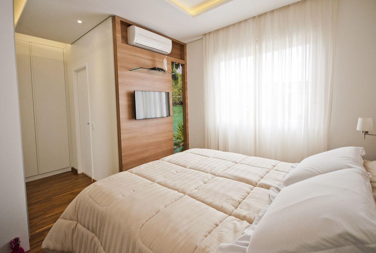 Quarto Casal Clean Com Painel De Tv De Madeira De Schaelly Campos  ~ Home Tv Quarto Casal Com Painel Quarto Infantil