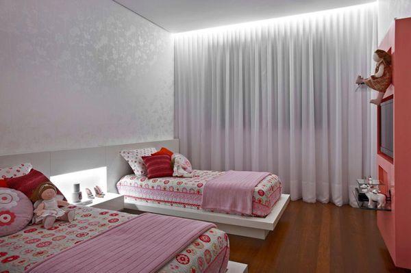 quarto infantil feminino com papel de parede com brilho