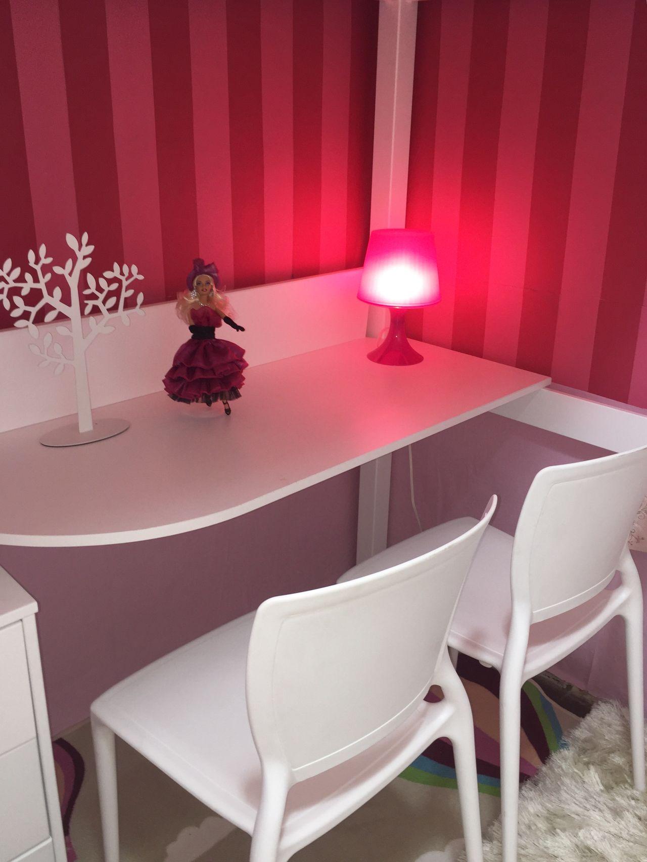 Quarto Com Mesa Branca E Abajur Pequeno Rosa De Brunete Fraccaroli