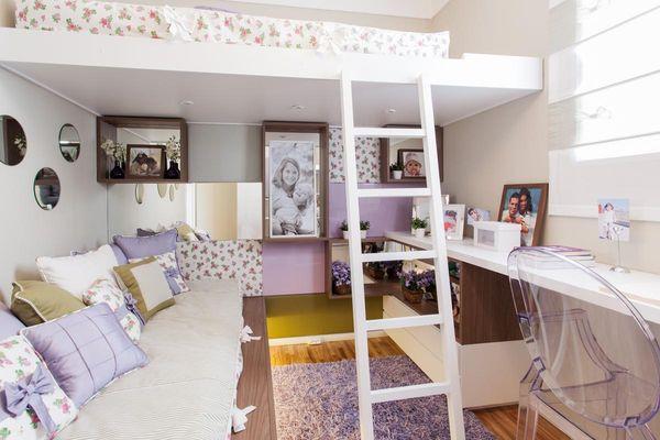quarto infantil feminino com papel de parede com pequenas flores