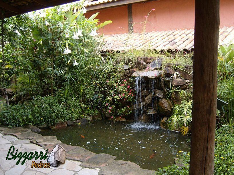 Lago ornamental para peixes com cascata de pedra de Pedras Bizzarri ...