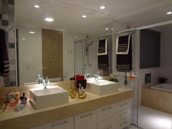 Armário de banheiro com bancada de mármore