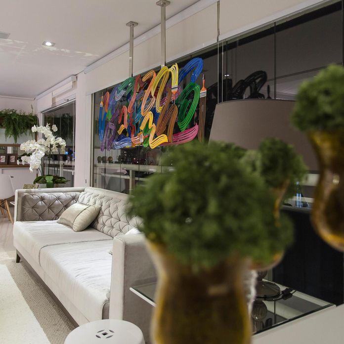 de7d9a179 Sala de estar ampla com vasos na decoração. Marcia Acaro. Decoração Sala de  estar com poltrona e almofada decorativa marciaacaro 36914