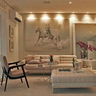 13e9c78da Sala de estar com cores claras e quadro decorativo