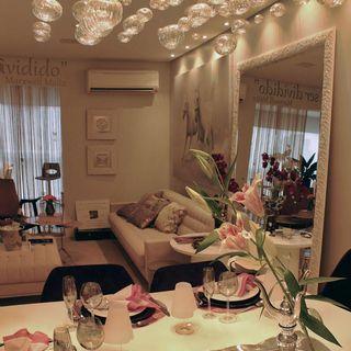 c4915de07 Sala de estar com espelho amplo emoldurado. Decoração Sala de estar com  cores claras e quadro decorativo marciaacaro 36948