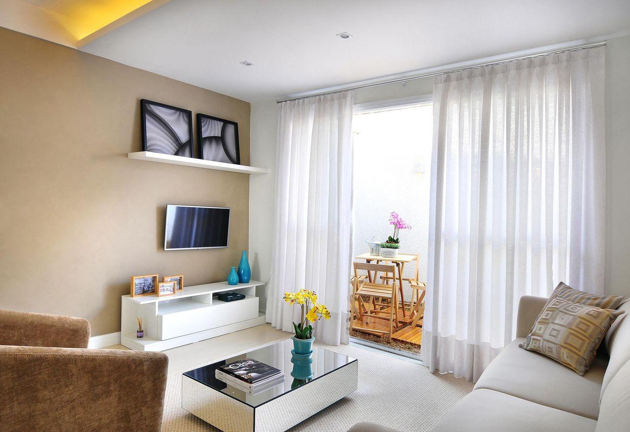 Sala De Estar Com Mesa De Centro Espelhada De Fernanda Polizelli  -> Sala Simples Decorada