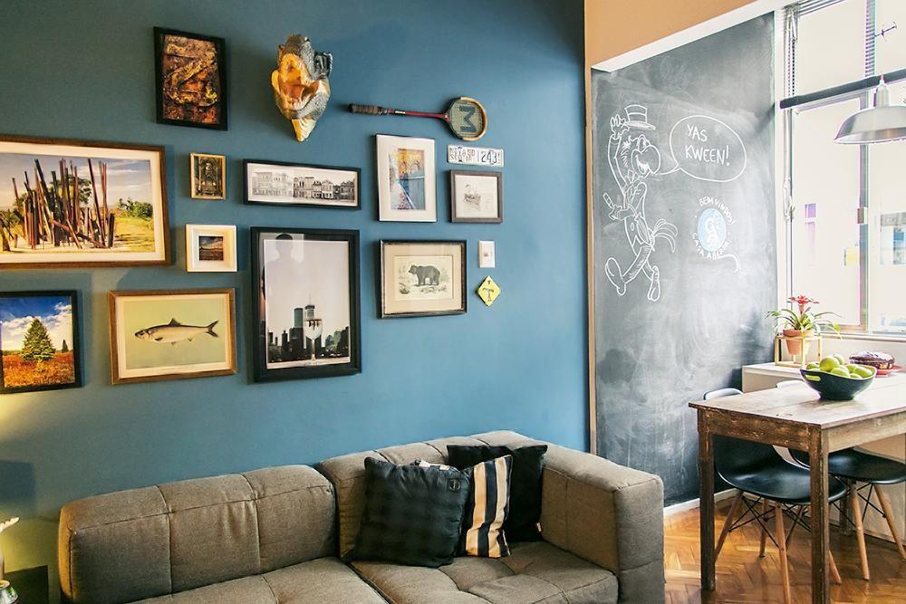 Sala De Estar Verde E Azul ~ Sala de estar com parede azul e quadros de Casa Aberta  19759 no