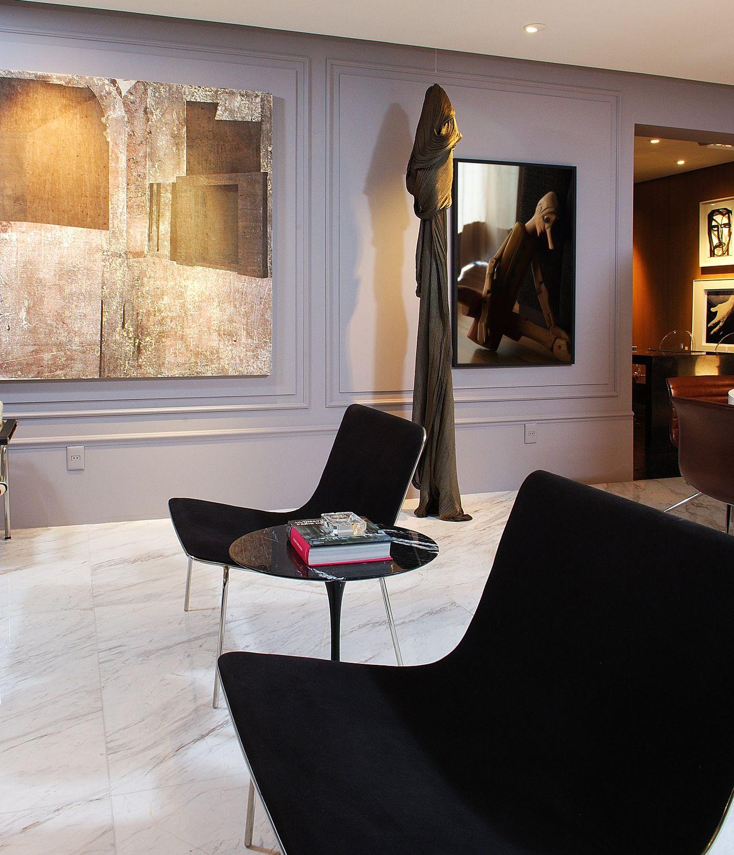 Sala De Estar Com Parede Cinza E Obras De Arte De Marlon Gama  -> Arte Parede Sala