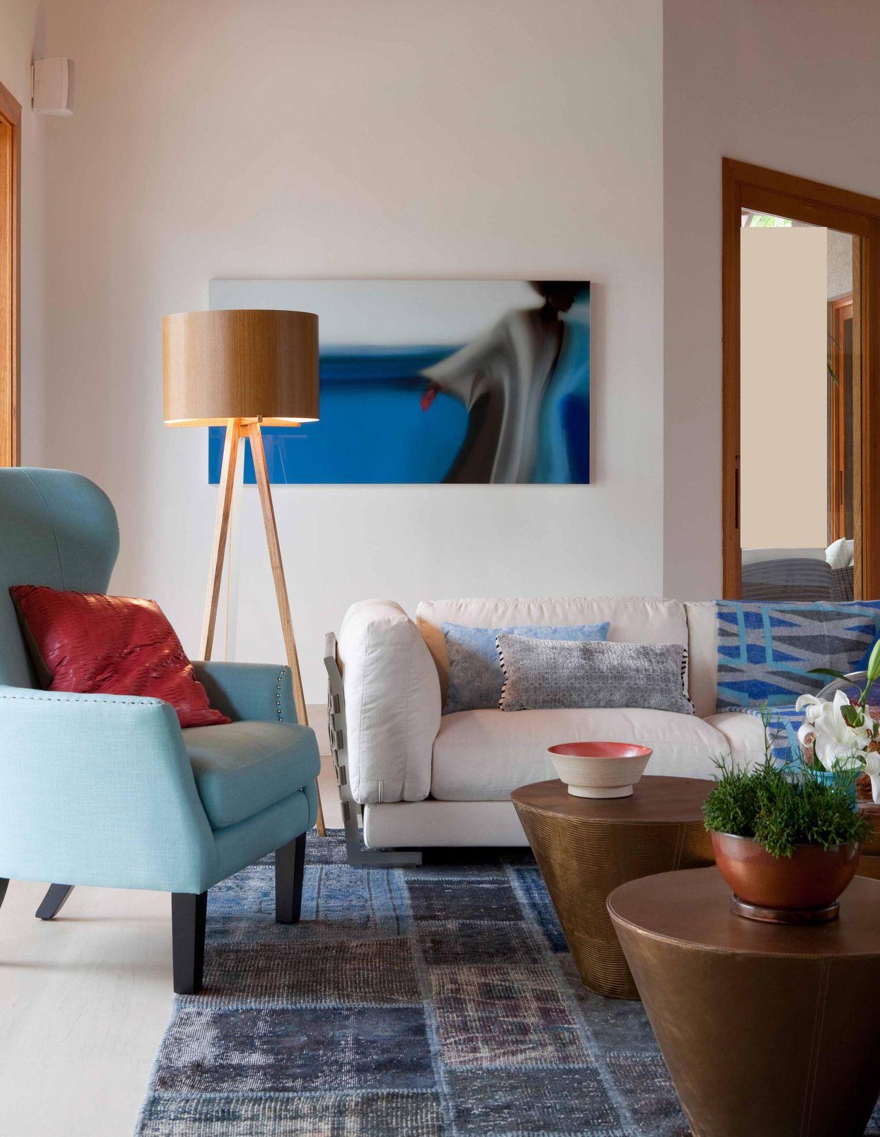 Sala De Estar Com Poltrona Azul E Abajur De Piso De Deborah Roig  -> Abajur Para Sala De Estar E Jantar