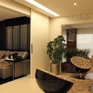 16251fd4f Sala de estar com poltronas e ambiente compartilha. Decoração Sala de estar  com puf central e quadro decorativo marciaacaro 36941