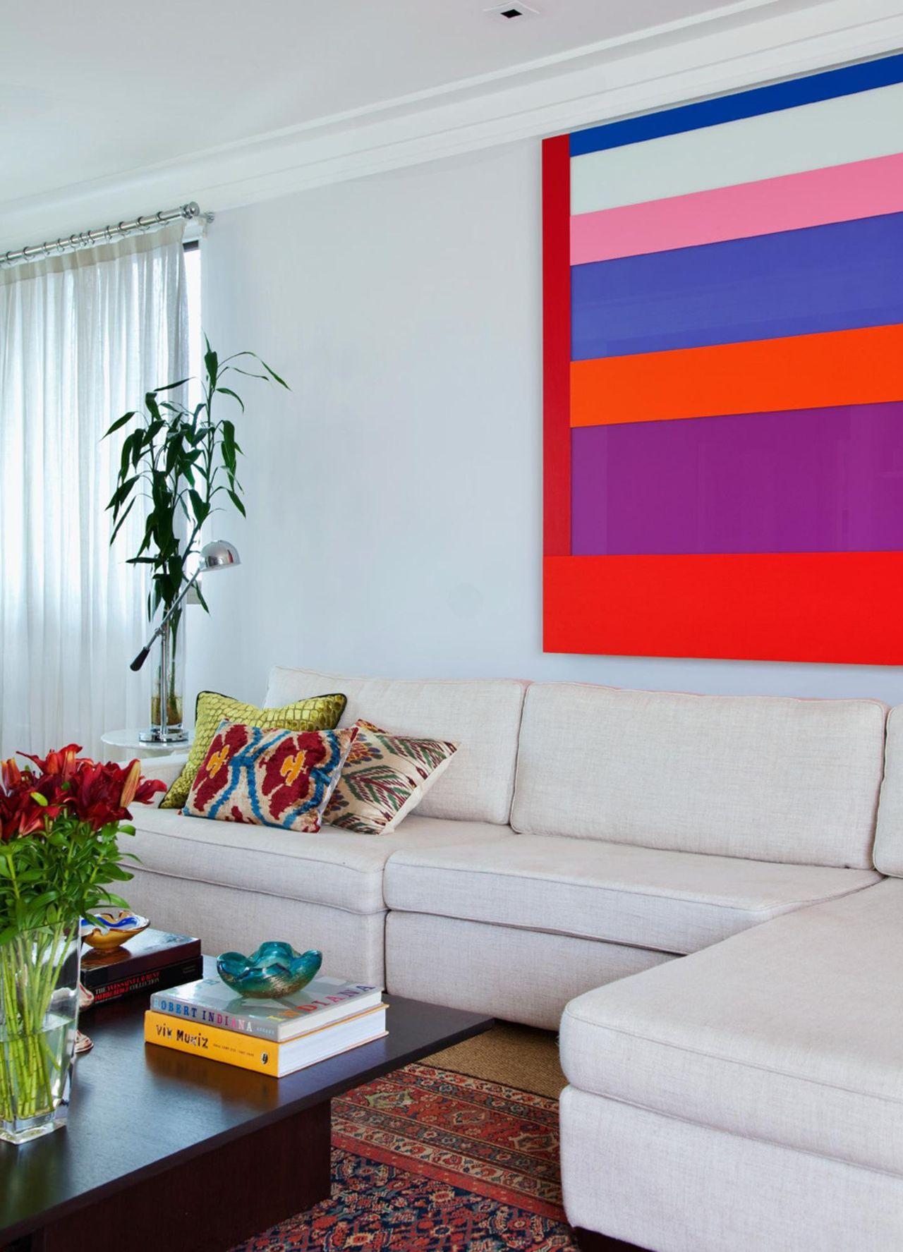 Sala de estar com quadro colorido de paulo carvalho for Sala de estar quadro