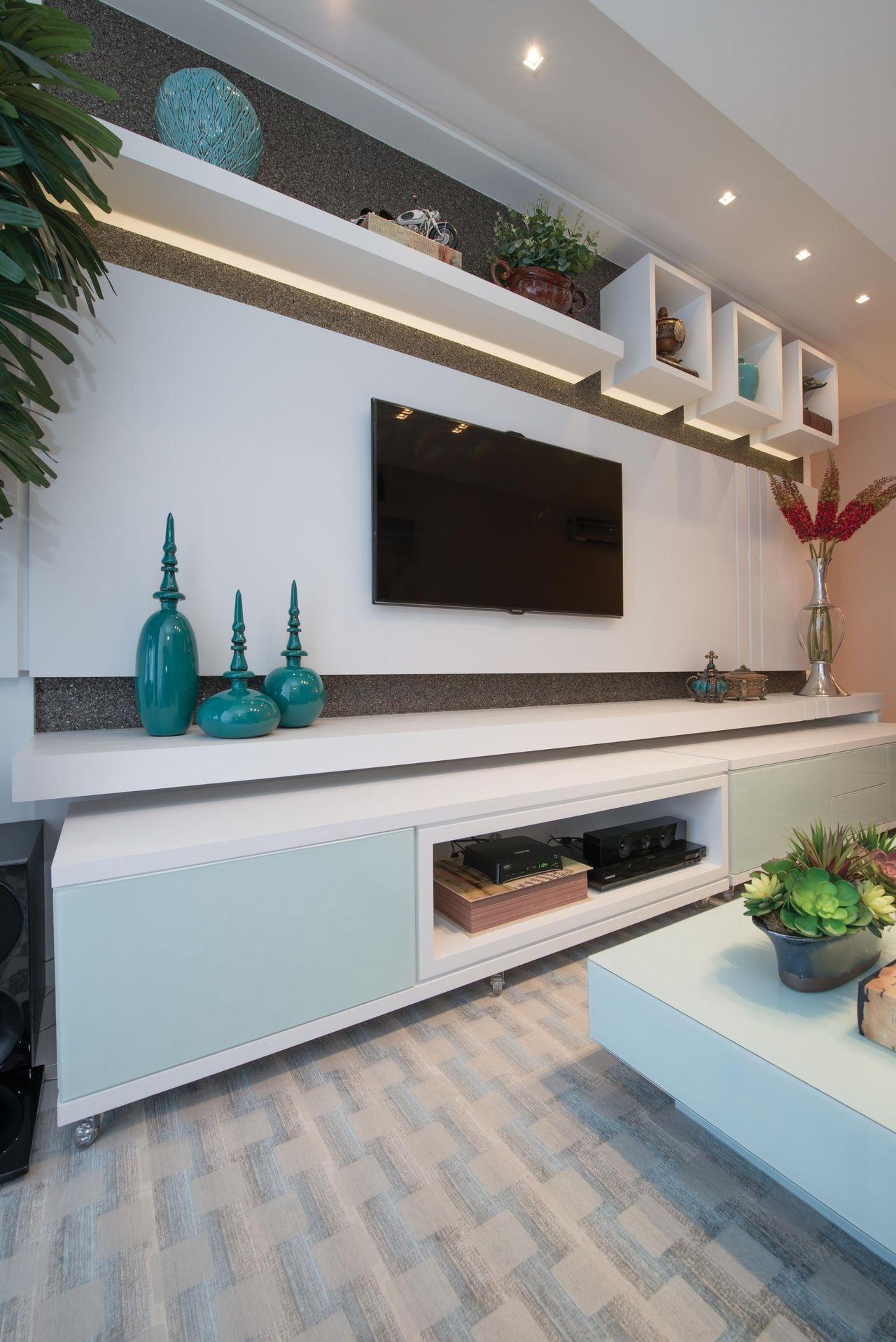 Sala De Estar Com Rack Branco E Vaso Azul De Actual Design 104178  -> Vasos Na Sala De Tv
