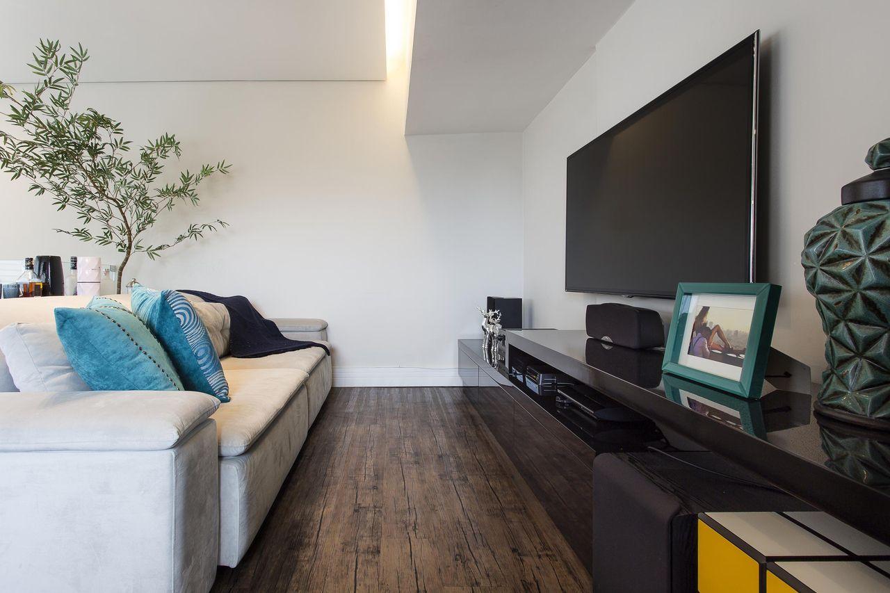 Sala de estar com sof branco com painel de tv de ricardo for Sofa para sala de tv