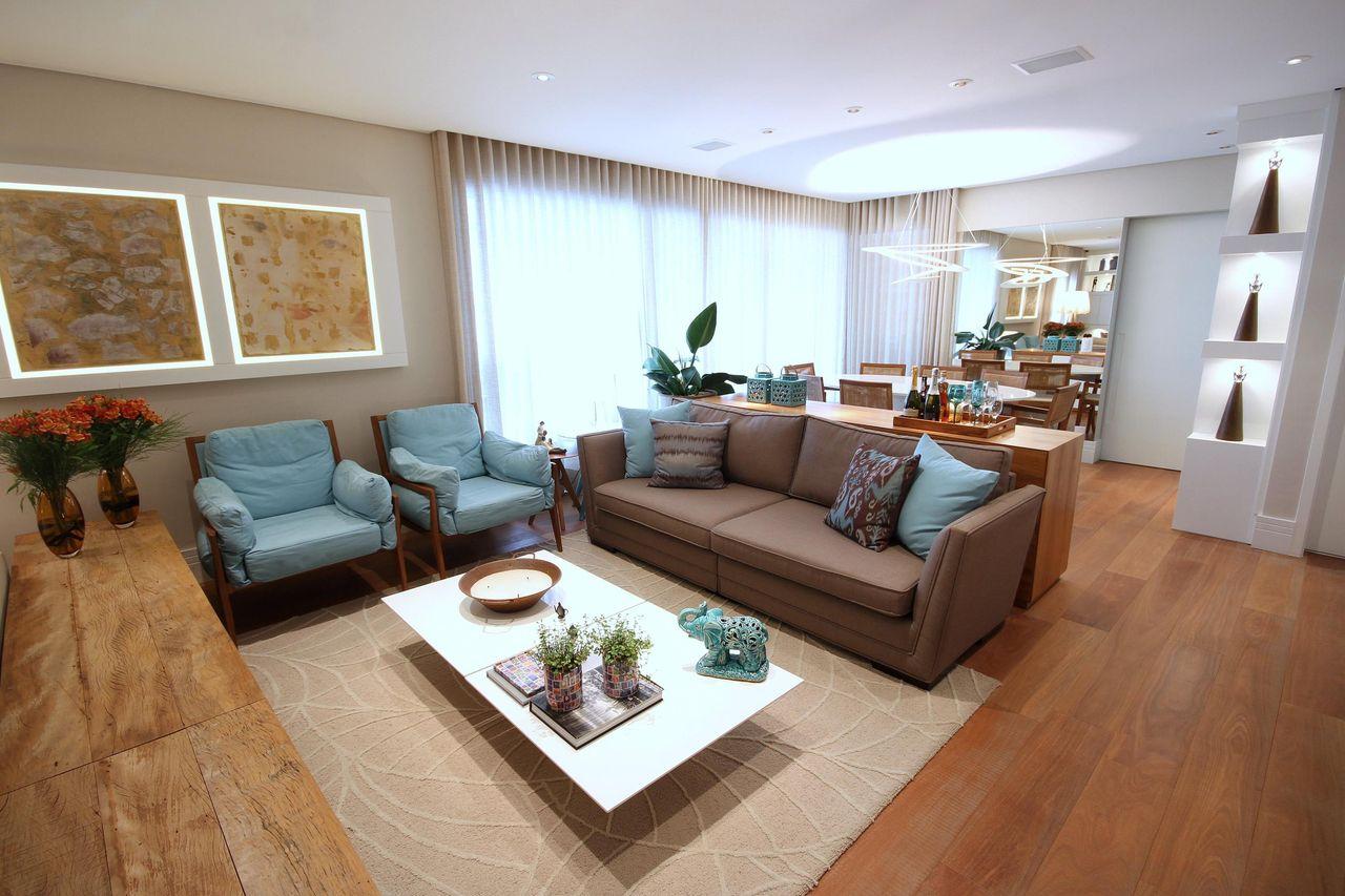 Sala De Estar Com Sof Marrom E Almofada Azul De Meyercortez  -> Sala Simples Marrom