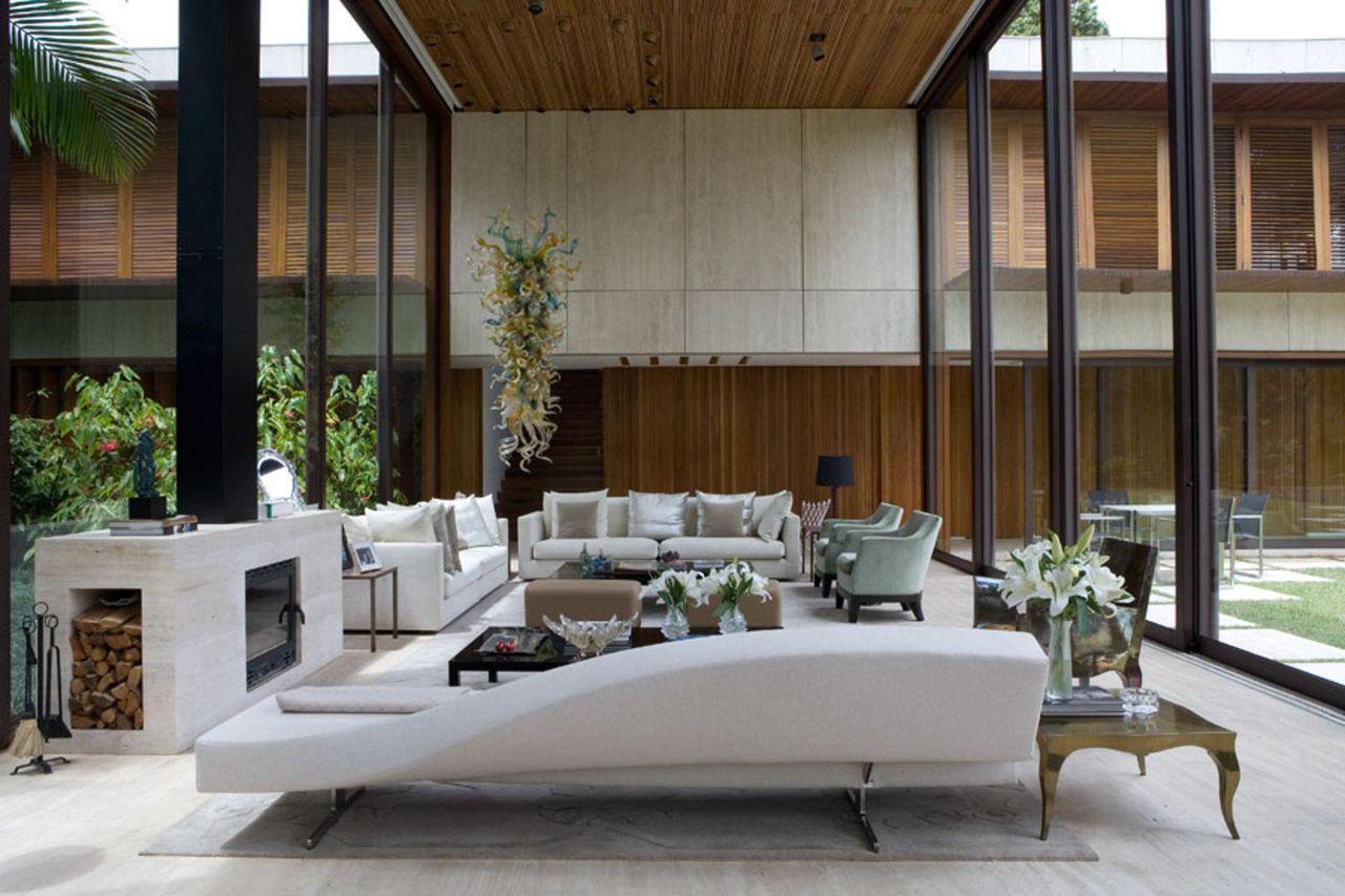 Sala de estar com sofás brancos e detalhes em made de Marco Aurélio ...