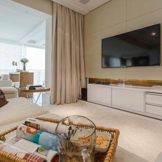 ec3625909 Sala de estar com TV fixada na parede