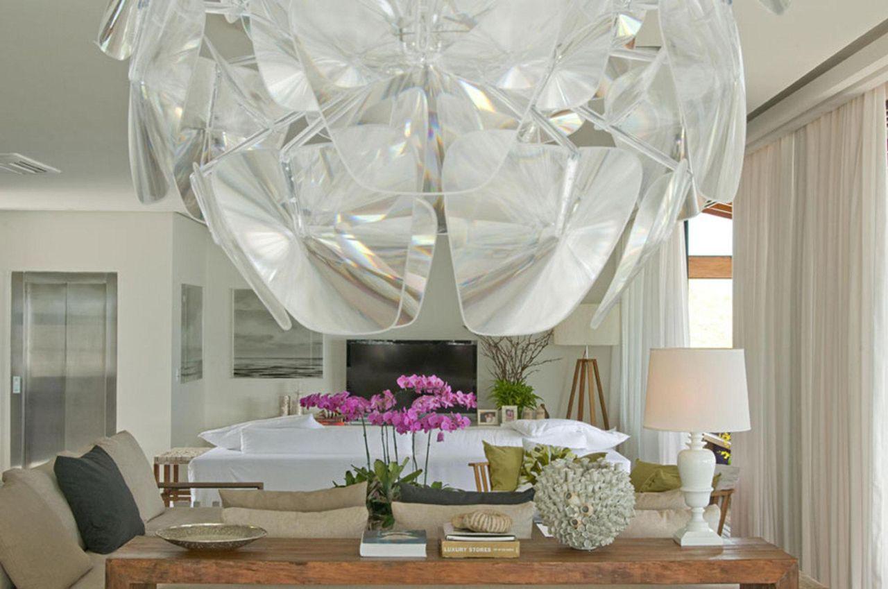 Sala de estar de cores claras com bancada de madei de Marco Aurélio ...