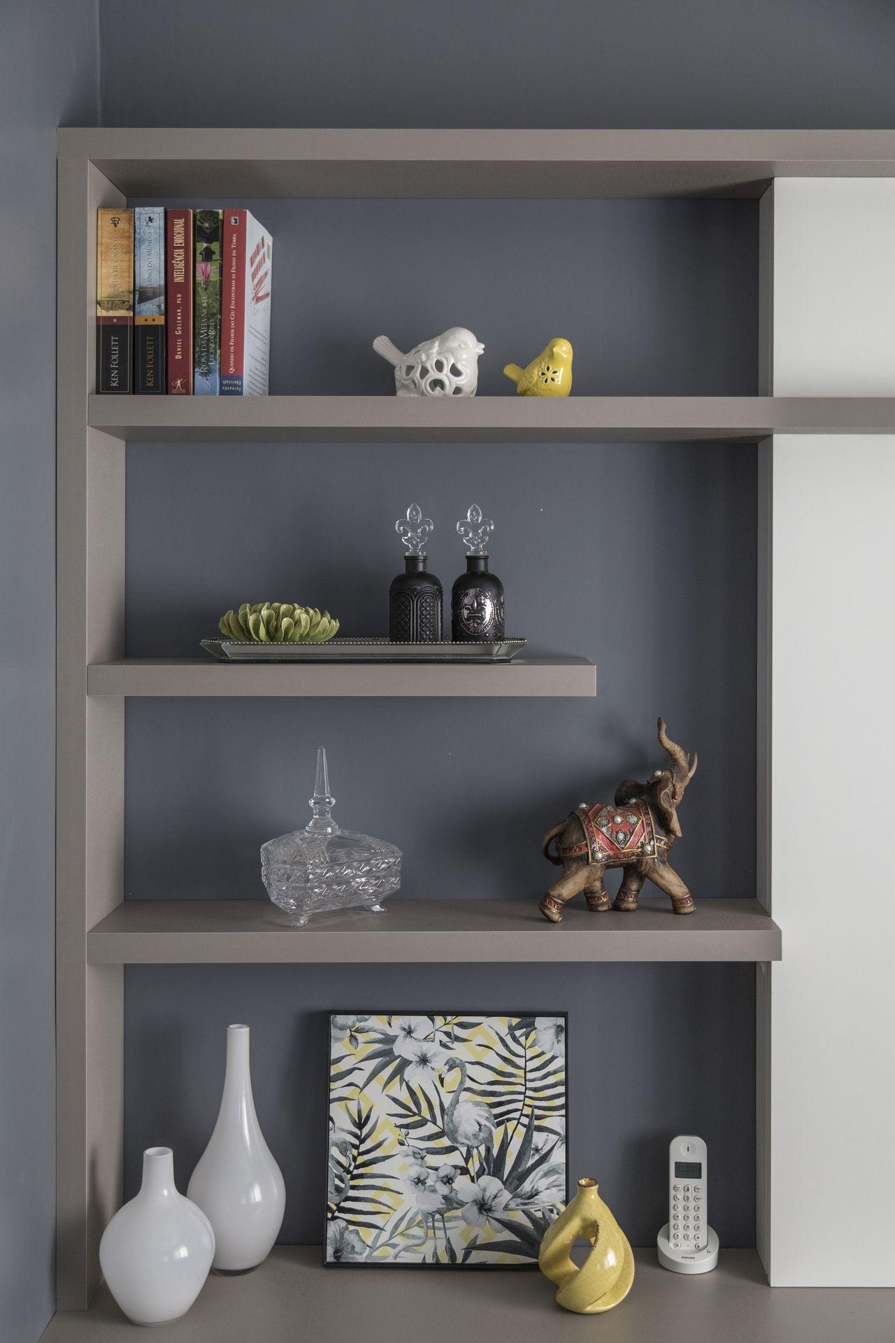 Prateleiras Cinzas Com Objetos Decorativos Na Sala De Modi  -> Decoracao De Sala Com Prateleiras