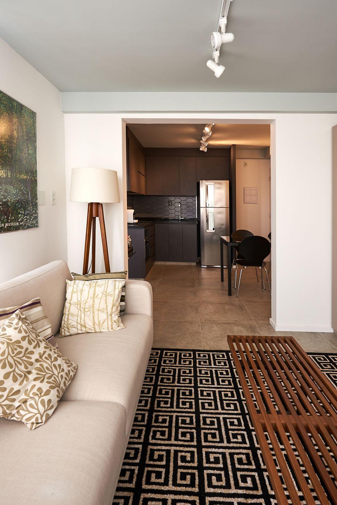 Sala De Estar Clara Com Tapete Preto E Branco De Go Up Arquitetura  -> Tapetes Para Sala Clara