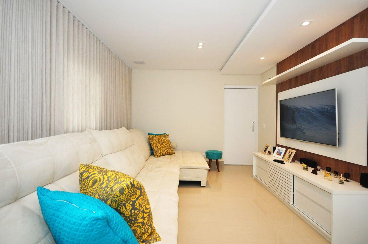 Sala De Estar Moderna Com Cortina Branca De Condecorar Arquitetura E