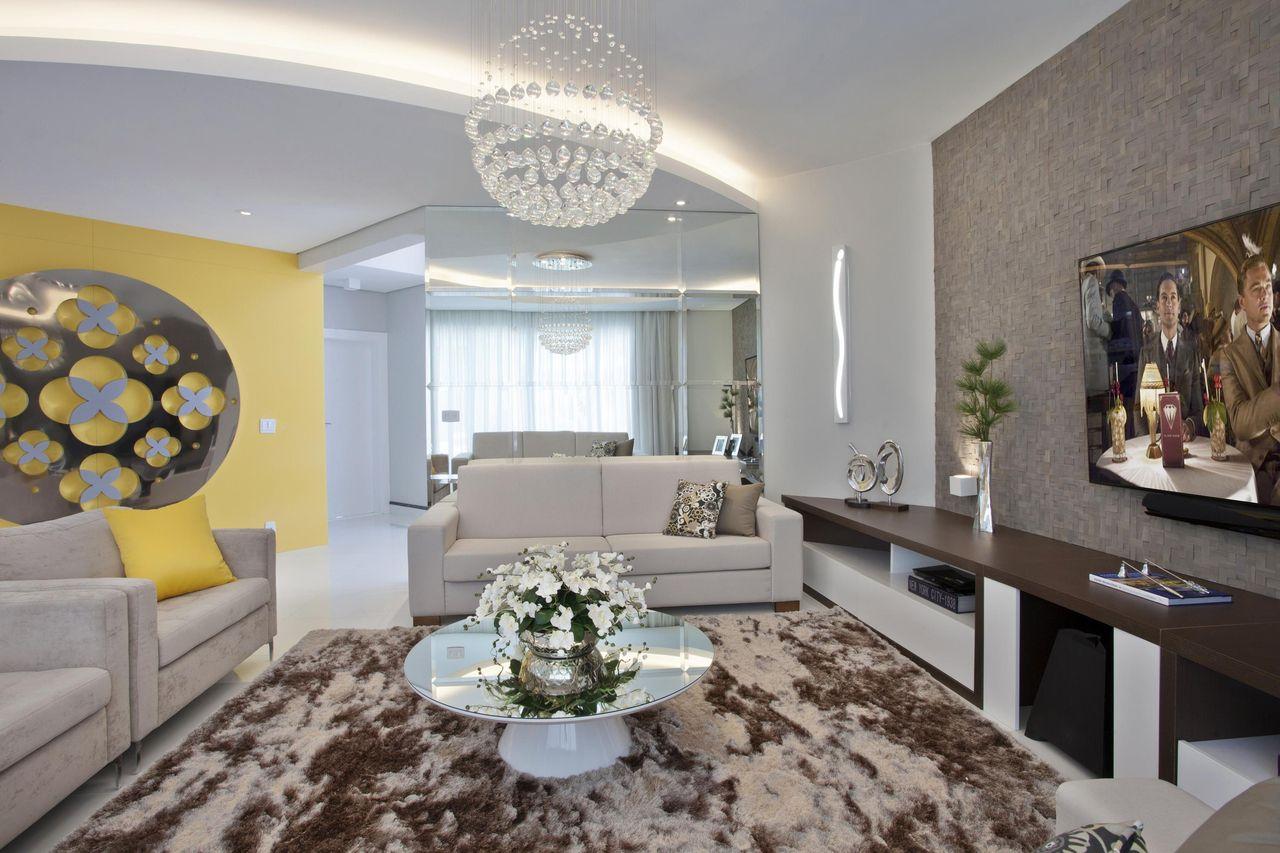 Parede amarela com quadro decorativo de iara kilaris for Sala de estar quadro