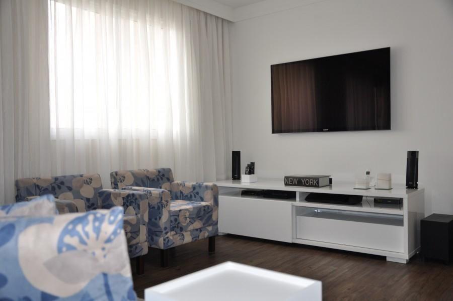 Sala de estar pequena com poltronas coloridas de Serra Vaz Arquitetura