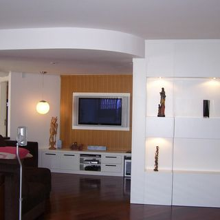 1113d46a4 Sala de Estar Piso de Madeira. Decoração Banheiro simples Banheiro Cuba Branca  Armário ...