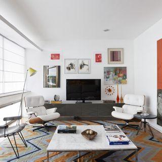 b9b3d2d73 Quadro grande e tapete com tons de laranja. Decoração Sala de Estar ...