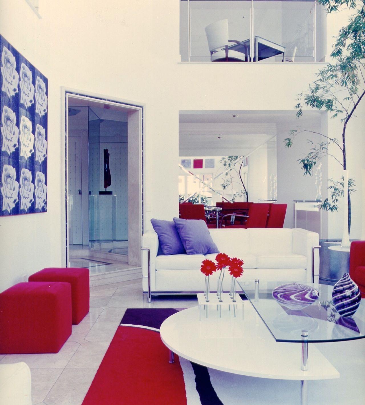 Sala Branca Com Decora O Em Vermelho E Azul De Brunete Fraccaroli  -> Decoracao De Sala Azul