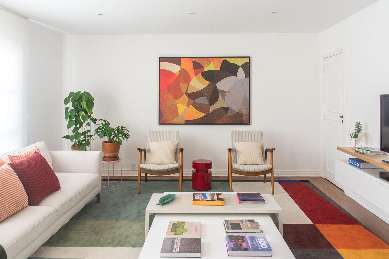 Sala Branca Com Quadro E Tapete Coloridos De Viviane Gobbato  -> Sala Branca Com Parede Colorida