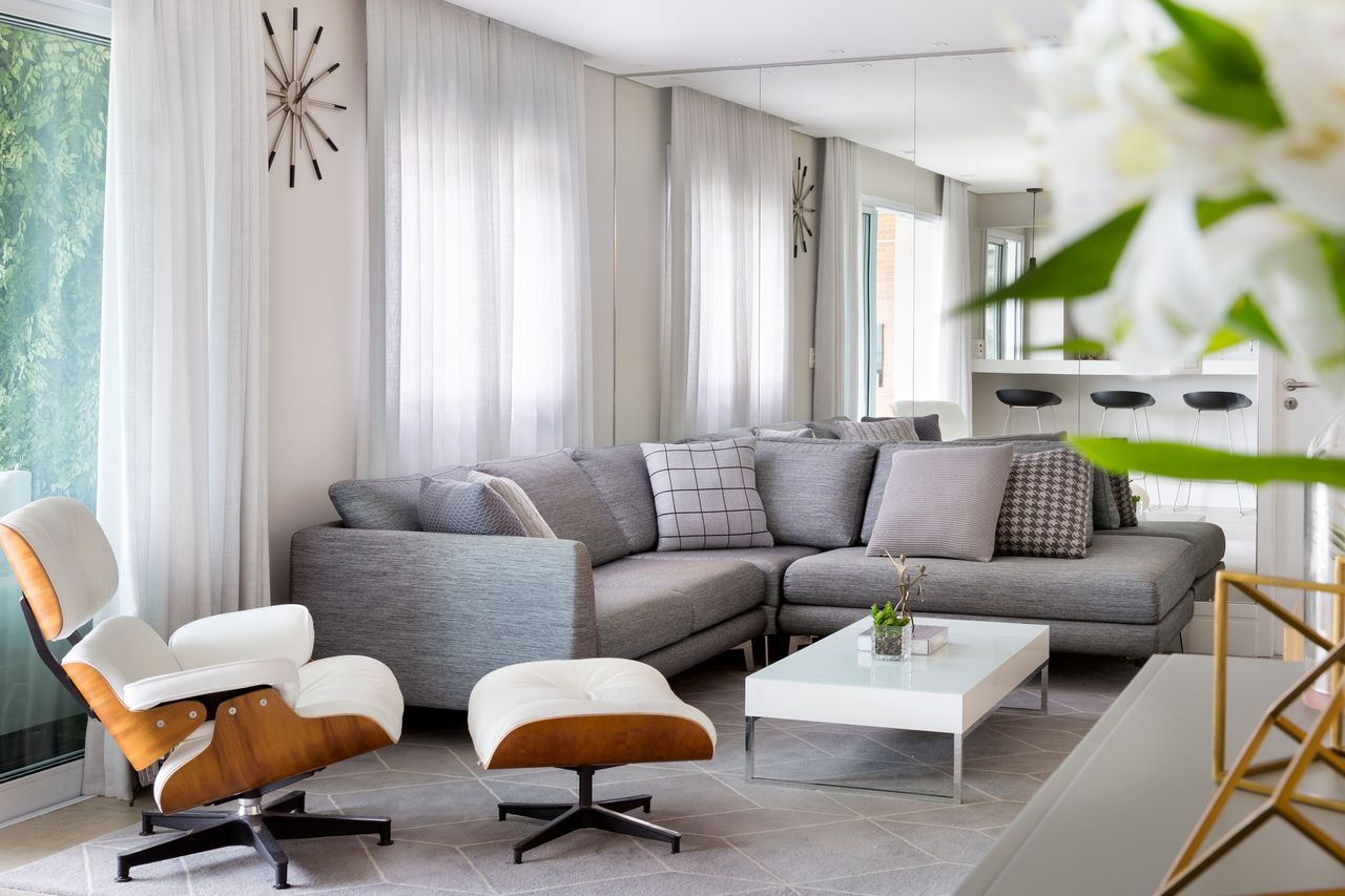 Sala Cinza Com Sof Em L E Poltrona Eames Branca De Gf Projetos  -> Sala De Estar Em L Decorada