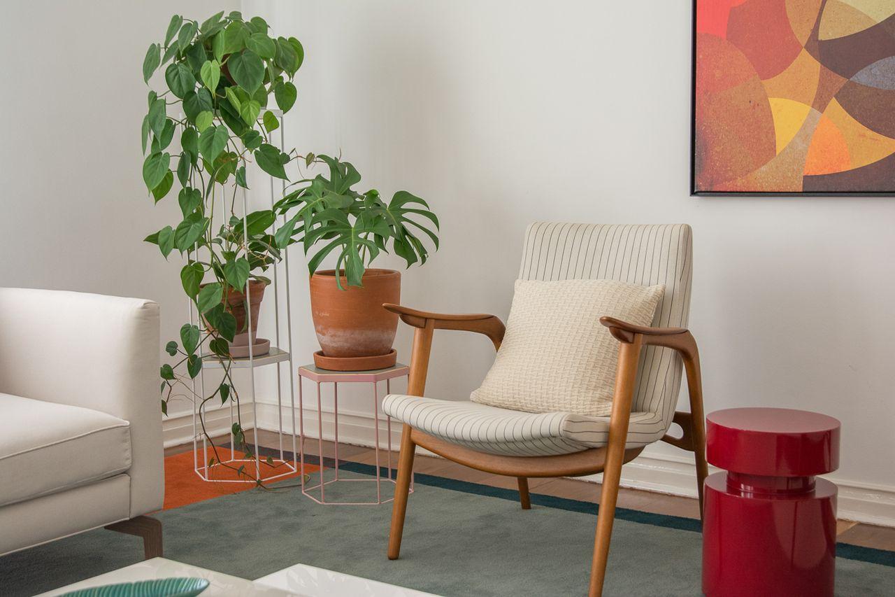 Sala Com Cadeira De Madeira E Vasos De Plantas De Viviane Gobbato  -> Vasos Na Sala De Tv