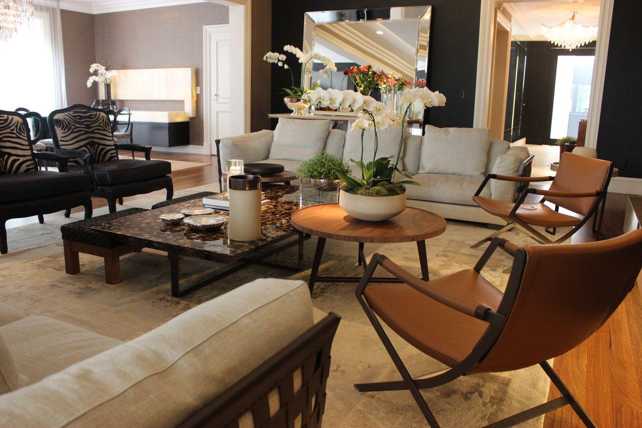 Mesa de centro de madeira e sofá claro de Maricy Marcos Borges ...