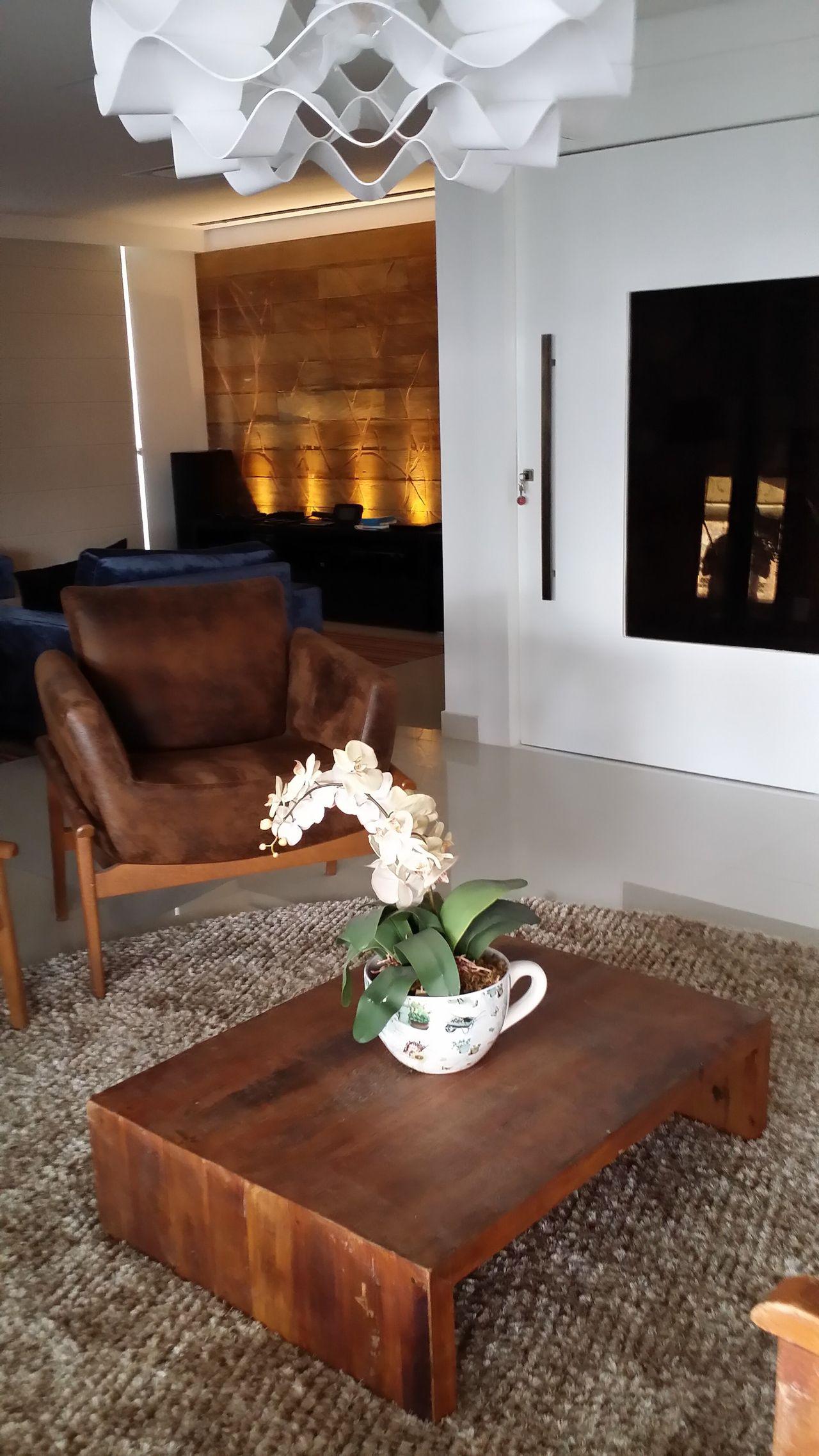 Sala com mesa de centro de Madeira de Marcos Gouvêa Arquitetura ...