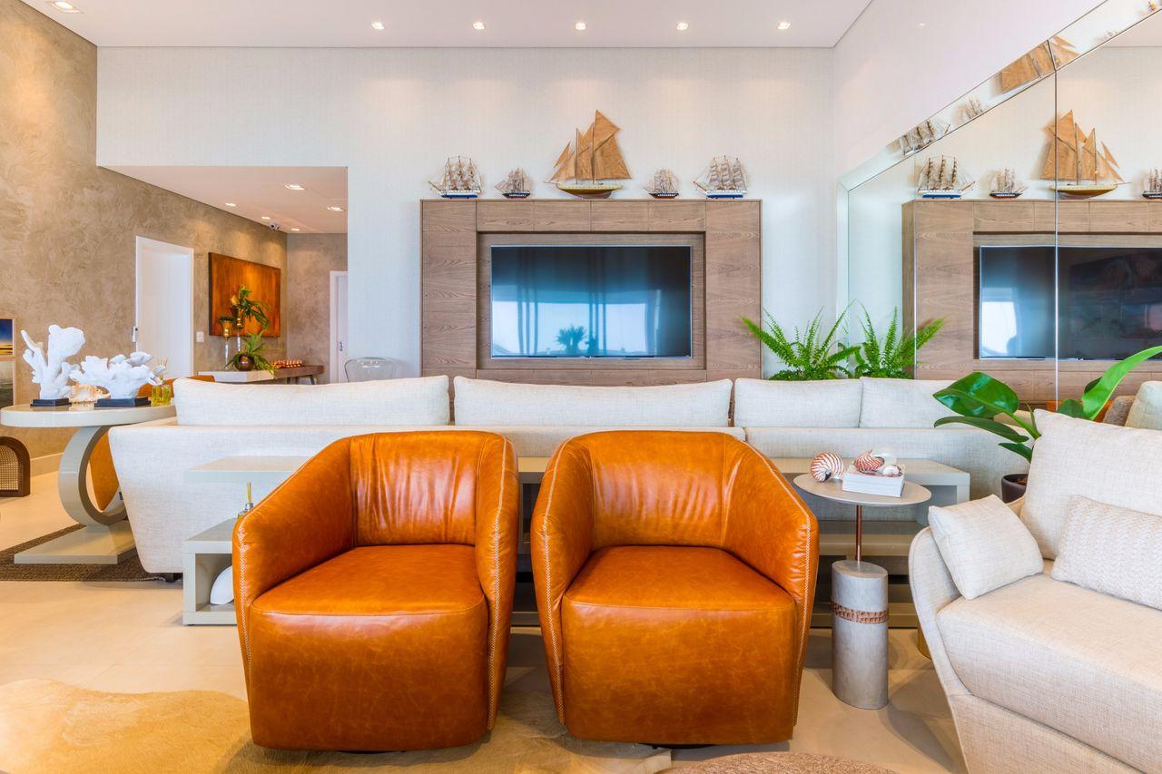 decorao sala de estar sala com poltronas de couro e barcos decorativos