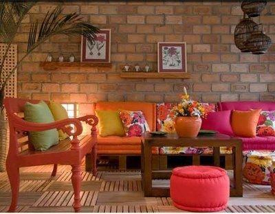 Sala Com Sofa De Madeira E Futon Colorido De Josie Nutry 87619 No