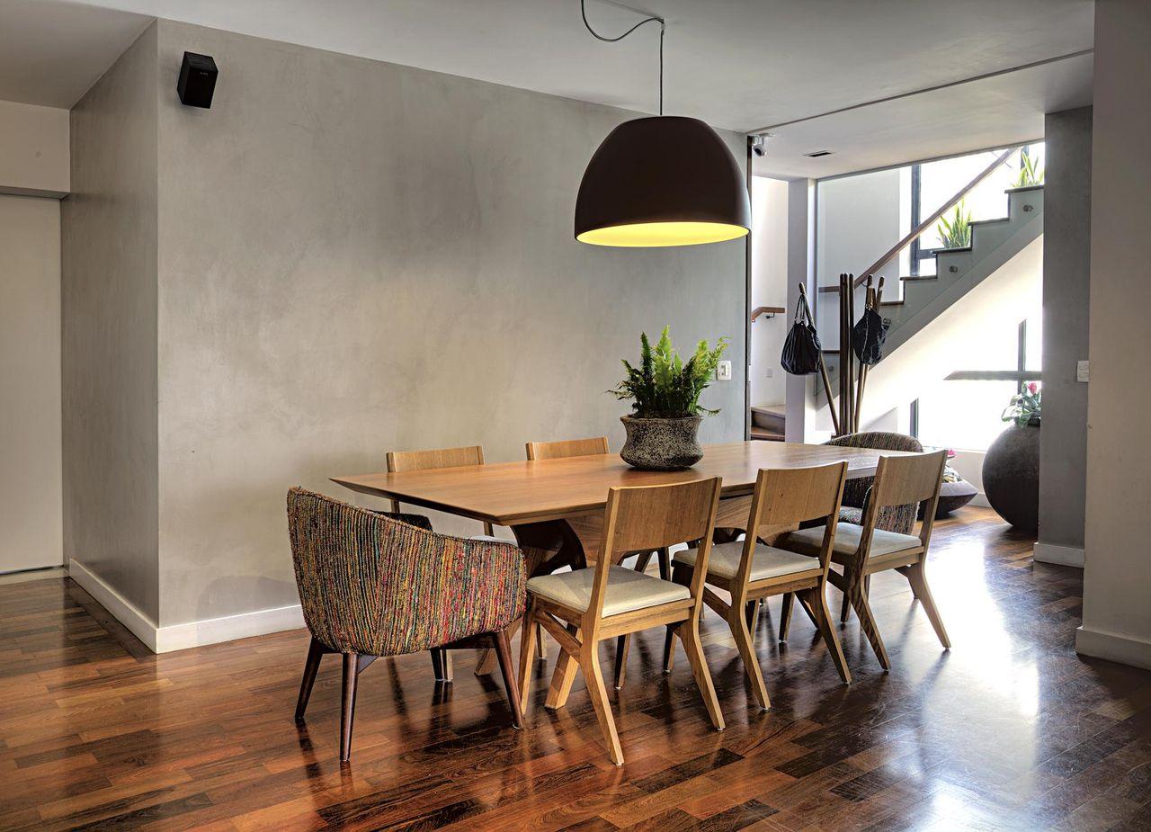 Sala De Jantar Com Piso De Taco De Studio Scatena Arquitetura