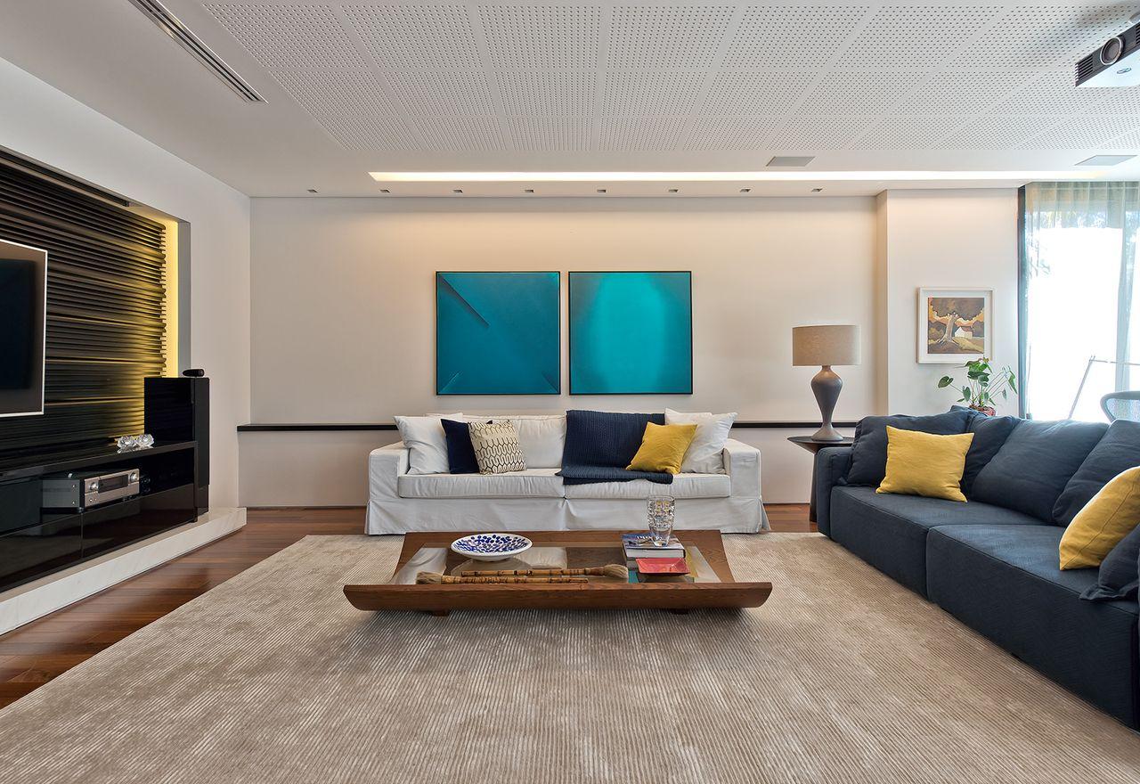 Sala De Tv Branca Com Decora O Em Azul E Amarelo De Leonardo Muller  -> Decoracao De Sala Azul