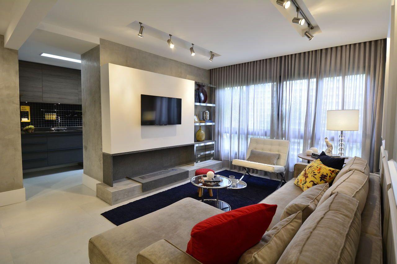 Sala De Tv Branca E Cinza Com Almofadas Coloridas De Bg Arquitetura  -> Sala Branca Com Parede Colorida