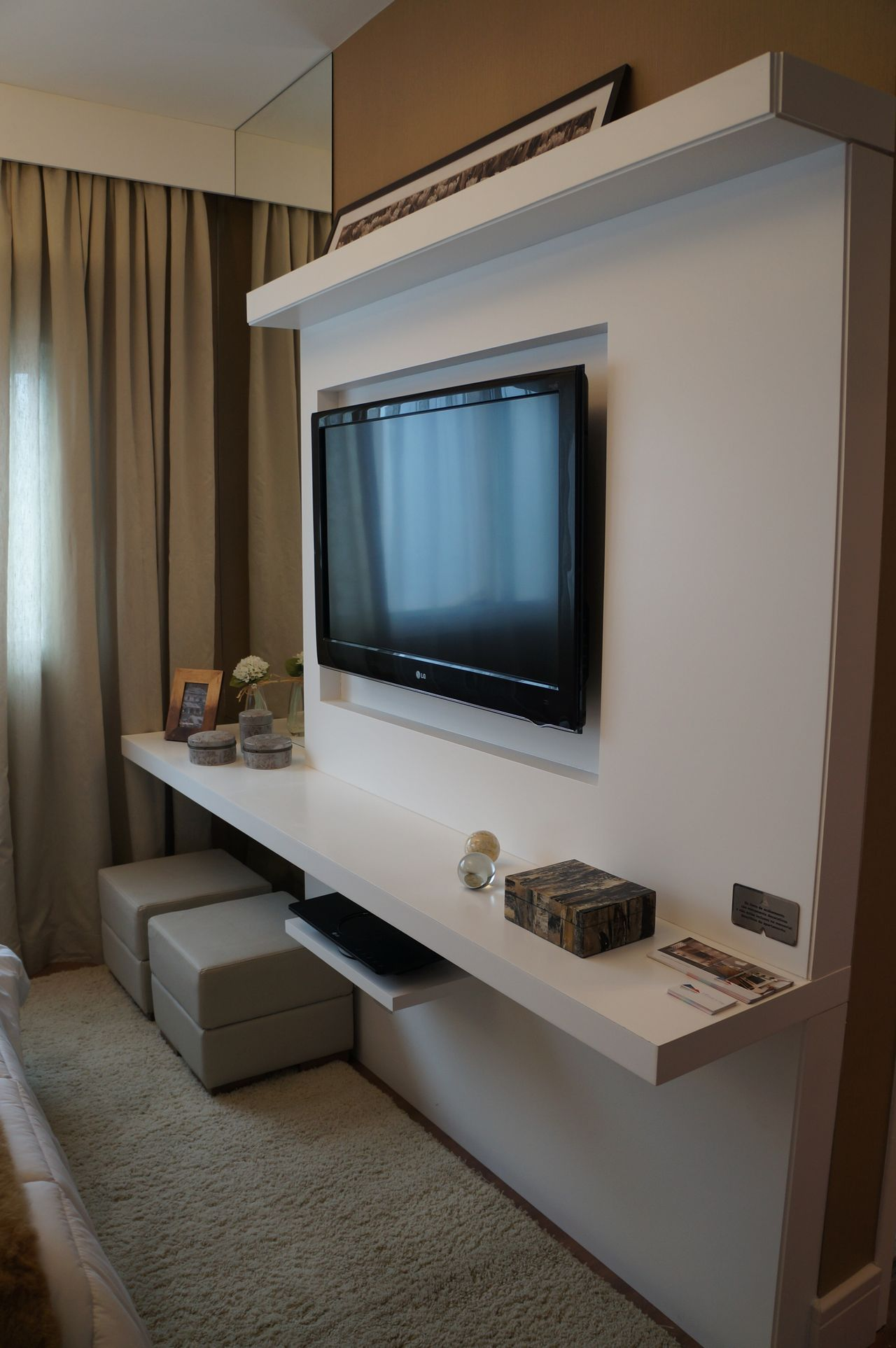 Sala De Tv Com Rack E Painel De Madeira Branco De Mauren Buest