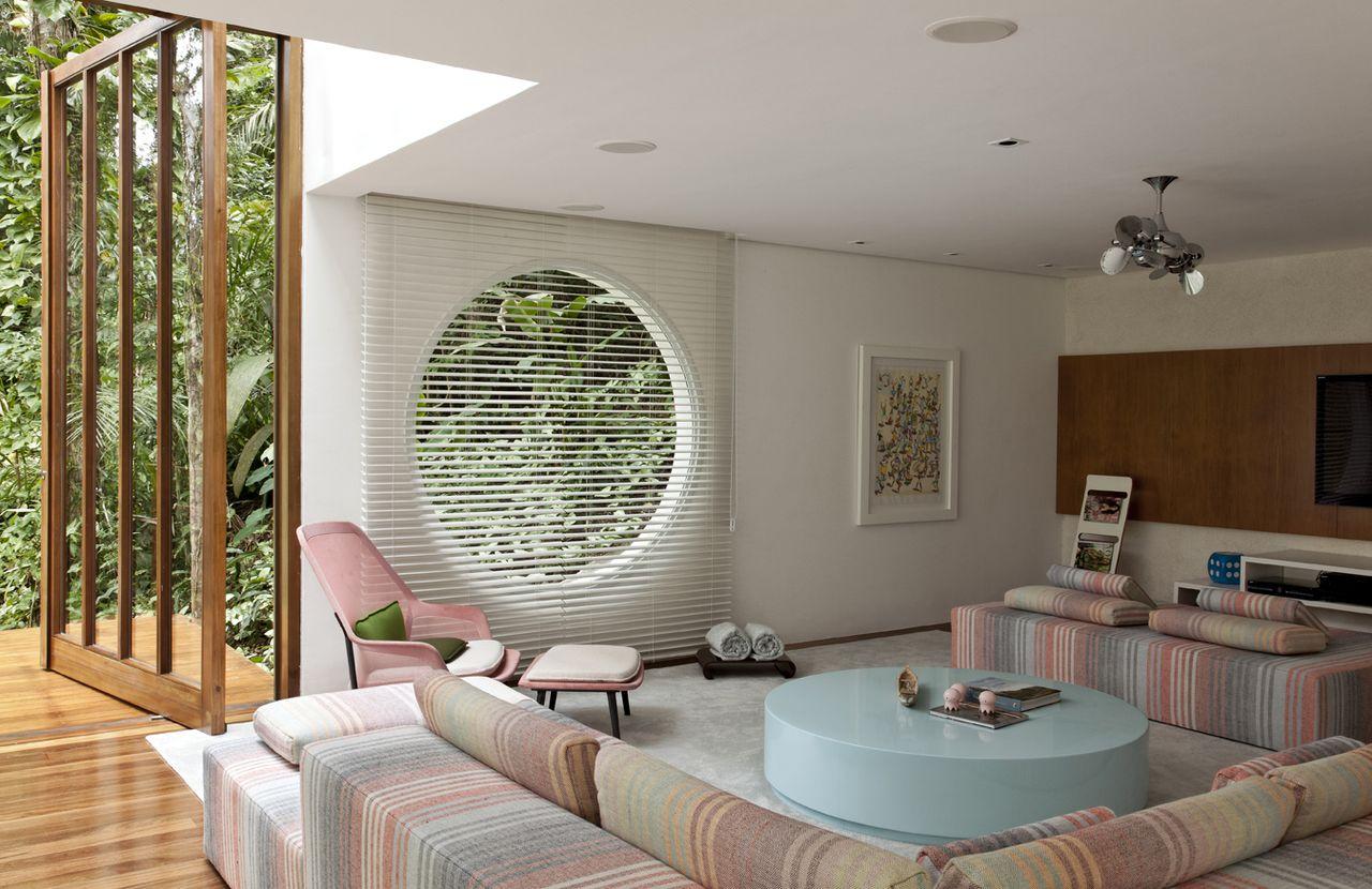 Sala De Tv Com Sof Colorido E Mesa De Centro Azul De Sandra  -> Decoracao De Sala De Tv Com Sofa Azul