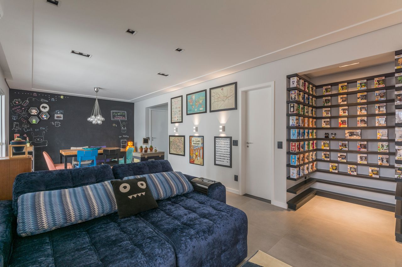 Sala De Tv Geek Com Sof Cama Azul E Colecion Veis De Idealizzare  -> Decoracao De Sala De Tv Com Sofa Azul