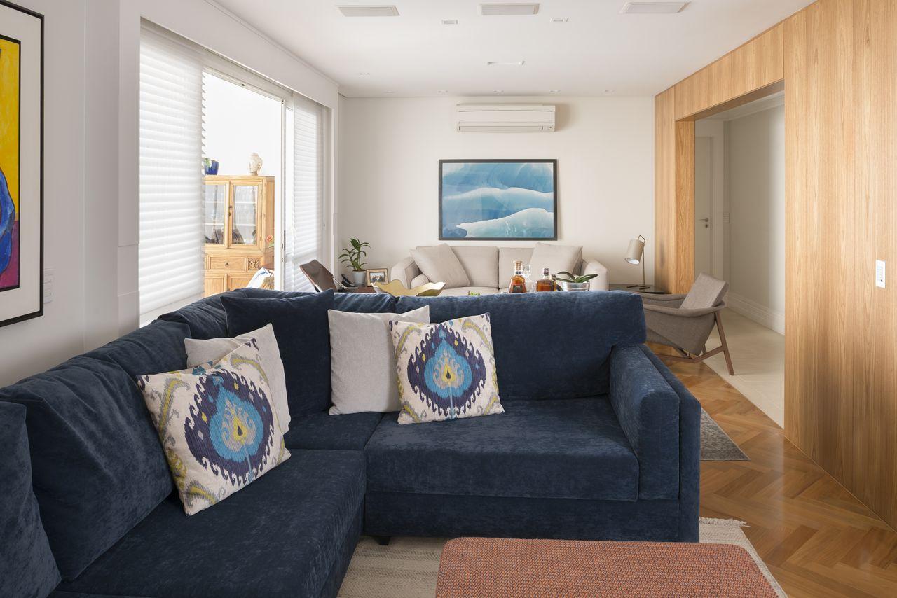 Sala De Tv Com Sof Azul Integrada Com Estar De Gustavo Motta